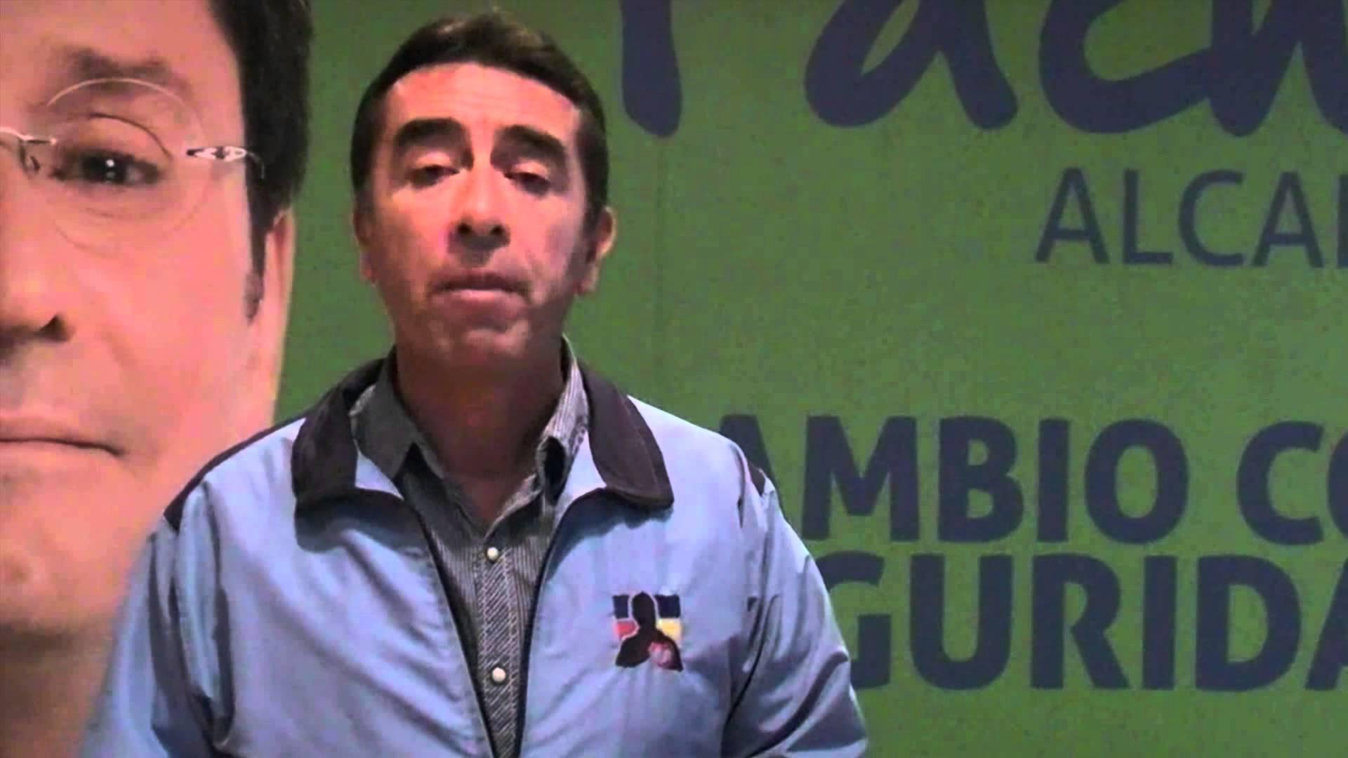 Javier Santiesteban posa al lado del candidato Pacho Santos