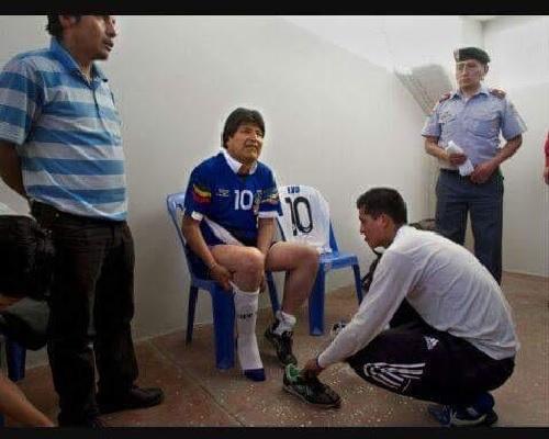 Evo Morales no se amarra los zapatos