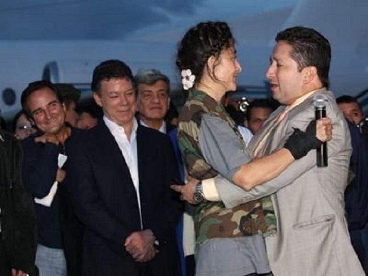 Herbin Hoyos con Ingrid Betancourt en su liberación - Foto: bbc.uk